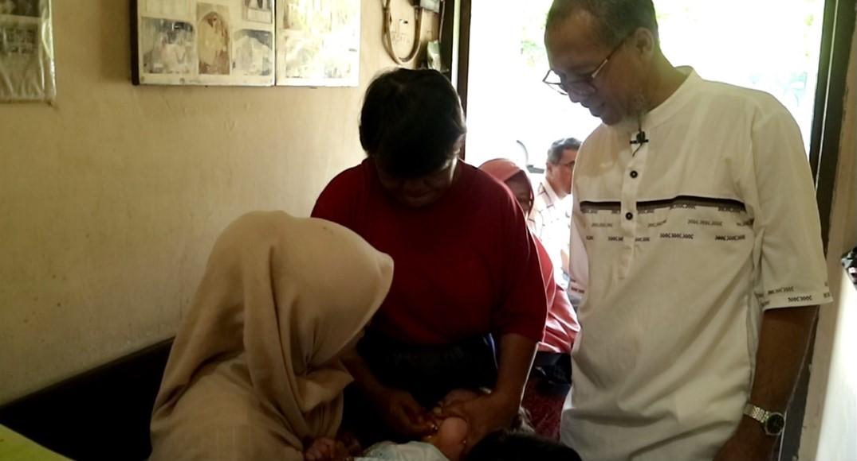 Keterangan Foto: Founder JamuDigital, Karyanto menyaksikan proses seorang anak dicekokin Jamu di Jamu Cekok Kerkop, Yogyakarta, Selasa, 11 Juni 2019.
